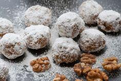 Ihr möchtet euch auch in der Weihnachtszeit an eine kalorienarme Ernährung halten? Unser Rezept für Low Carb Walnuss Schneebälle kommt ohne Mehl und Zucker aus. Mandelmehl,Kokosmehl und Walnüsse geben den Low Carb Keksen weihnachtlichen Geschmack. Und das Beste ist: Die Kekse sind auch noch vegan und glutenfrei!