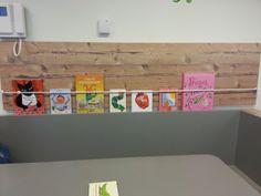 Een creatieve manier om de nieuwe boekjes tentoon te stellen bij de eettafel. Elastiek gespannen zodat de boeken rechtop blijven staan.