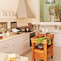 Cocina con isla móvil en un rincón del comedor