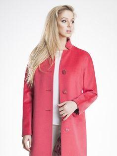 Элегантное пальто прямого силуэта из ворсовой ткани яркого кораллового цвета с длинным рукавом-кимоно. Модель имеет сложный вырез горловины, карманы в рельефе, отстроченные декоративной тамбурной строчкой. Пальто имеет застежку на пуговицы. Прекрасный вариант для тех, кто хочет выглядеть ярко и элегантно весной., арт. 3014320p10023, состав: Основная ткань: Шерсть 82%, Вискоза 12%, Нейлон 6%;Подкладка: Полиэстер 55%, Вискоза 45%;