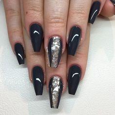 """""""Asphalt Grey"""" med silverflakes och silverstripes #lillynails"""