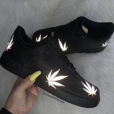 Men's Custom Nike Air Force One Custom Sneakers With Reflective Marijuana leaf accents Black Air Force One 420 Cute Nike Shoes, Cute Sneakers, Sneakers Nike, Kd Shoes, Sneakers Fashion, Adidas Shoes, All Black Nike Shoes, Black Shoes Sneakers, Golf Shoes
