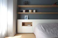Rénovation d'un appartement contemporain à Lyon avec un meuble central sur mesure. Tête de lit scandinave.