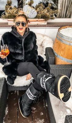 - Sport furs - Source by skiyandeksnet outfits for women Winter Fashion Outfits, Look Fashion, Mode Au Ski, Apres Ski Outfits, Apres Ski Fashion, Mode Outfits, Girl Outfits, Snowboard Girl, Ski Girl