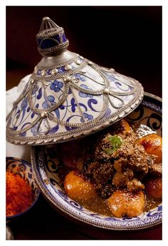 Tagine aux coings: veal & quince tagine time to start cooking again Tajin Recipes, Raw Food Recipes, Meat Recipes, Gourmet Recipes, Healthy Recipes, Persian Recipes, Beef Tagine, Morrocan Food, Morrocan Interior
