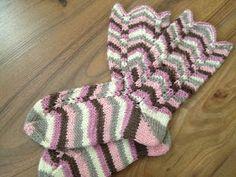 Arkimamman Arkiralli: Ihastuin Olga-sukkiin! Slouchy Hat, Knitting Socks, Leg Warmers, Mittens, Knitting Patterns, Slippers, Crochet, Hats, Pallot