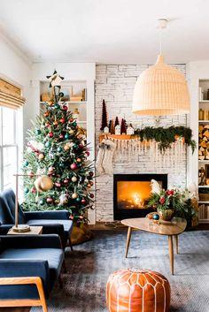 What a beautiful boho Christmas home decor. Bohemian Christmas, Christmas Room, Merry Little Christmas, Cozy Christmas, Beautiful Christmas, Christmas Holidays, Christmas Decorations, Christmas Mantles, Christmas Trends