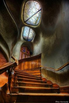 Antoni Gaudi staircase, Barcelona, Spain This Art Nouveau staircase shows its been influenced by nature in the rock like, appearance of the walls. Art Nouveau, Art Deco, Architecture Design, Beautiful Architecture, Beautiful Buildings, Organic Architecture, Modern Buildings, Staircase Architecture, Spanish Architecture