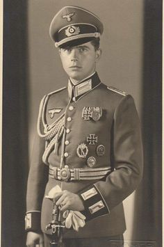 Handsome guy of the Heer (German Army). Identity, unknown.