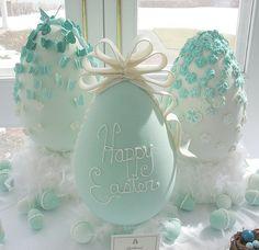 I like the ombre effect Cast Sugar Eggs Panoramic Sugar Easter Eggs, Sugar Eggs For Easter, Easter Cookies, Easter Treats, Hoppy Easter, Easter Bunny, Chocolates, Sugar Mold, Color Turquesa