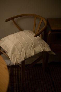 Seesteisempää elämää - Musla Issey Miyake, Vanity Bench, Furniture, Home Decor, Decoration Home, Room Decor, Home Furnishings, Home Interior Design, Dresser To Vanity