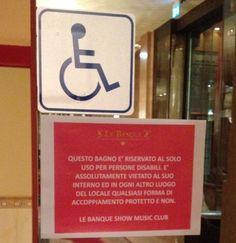 """Il cartello nel bagno in discoteca """"E' vietato ogni accoppiamento"""""""