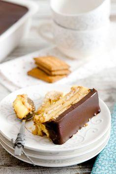 ¡Qué rica que está esta tarta de galletas, flan y chocolate como postre! Sencilla como pocas y quizá precisamente por eso es un éxito siempre que se prepar