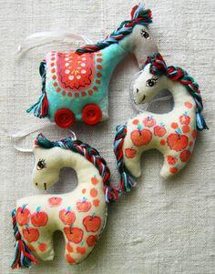 Gallery.ru / Текстильные лошадки - Текстильные игрушки. - HelenMivan Vintage Quilts, Antique Quilts, Crochet Crafts, Felt Crafts, Handmade Stuffed Animals, Stoff Design, Softie Pattern, Fabric Animals, Super Cute Animals