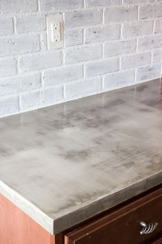A thorough step-by-step tutorial with useful tips and advice on what not to do when installing DIY feather finish concrete countertops. Diy Concrete Countertops, Kitchen Countertop Materials, Concrete Counter Tops Kitchen, Painting Formica Countertops, Concrete Countertops Bathroom, Modern Countertops, Kitchen Brick, Refinish Countertops, Cheap Countertops