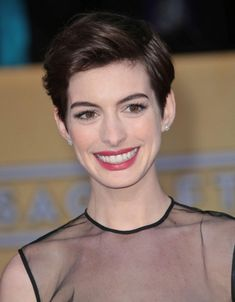 Red Carpet Beauty SAG Awards, January 2013 - Anne Hathaway wore her short hair swept to the side, whilst her make-up look comprised berry lips and defined eyes. Short Hairstyles 2015, Pixie Hairstyles, Celebrity Hairstyles, Hairstyles With Bangs, Haircuts, Wedge Hairstyles, Simple Hairstyles, Latest Hairstyles, Natural Hairstyles