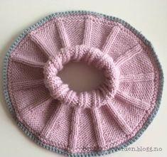 Denne halsen er så lett og enkel å strikke, samtidig som den er så utrolig nydelig! Med kun bare ... Knitted Shawls, Knitted Bags, Baby Barn, Big Knit Blanket, Jumbo Yarn, Crochet For Beginners Blanket, Crochet Diagram, Baby Knitting Patterns, Free Pattern
