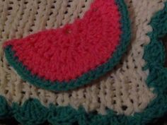 This is a fashion stitch blanket made on the blue, long loom with white yarn. It has a green crochet shell stitch border. In this photo, I added crochet watermelon slice applique as embellishment. Cute for a little girl. Beginner Crochet, Crochet For Beginners, Crochet Shell Stitch, Knit Crochet, Knifty Knitter, Knitting, Loom Patterns, Crochet Patterns, Round Loom