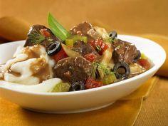Rindereintopf mit Oliven, Tomaten und Kartoffelbrei ist ein Rezept mit frischen Zutaten aus der Kategorie Rind. Probieren Sie dieses und weitere Rezepte von EAT SMARTER!