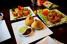 Poznaj smak kultowych #indyjskich #starterów! ☺ Na zdjęciach: ✪ paneer pakora (smażony, panierowany biały ser po indyjsku) ✪ samosa (kruche pierożki nadziewane ziemniakami i groszkiem) ✪ chicken tikka (marynowane kawałki kurczaka grillowane w piecu tandoor)
