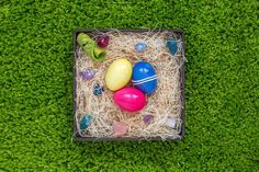 Barvíte každý rok vajíčka stejně a chtěli byste letos nějakou změnu? Tady je 12 originálních nápadů, jak nabarvit velikonoční vajíčka, aby vypadala stylově. Beautiful Vacation Spots, Easter Eggs, Origami, Spring, Holiday, Diy, Vacations, Bucket, Holidays