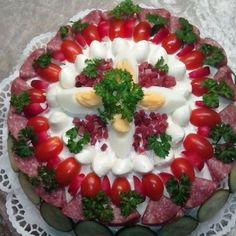 Herzhafte BROTTORTE aus WEISSBROT mit Remoulade, Gurken Eiern, Salami, Schinke und Tomatenaufstrich!