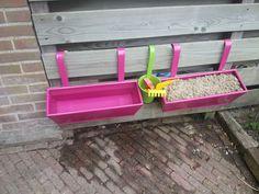 Zand en water buiten speelpret voor kids. Ook handig als je een balkon hebt. Zijn gewoon plantenbakken :)