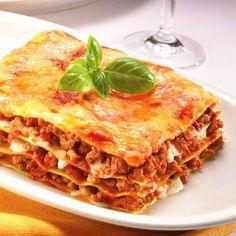 Lasaña de carne        INGREDIENTES:   Ocho placas de pasta precocida para lasaña,   500 gramos de ternera picada,   una cebolla,   do...