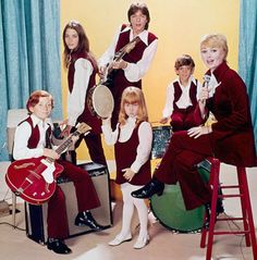 """The original cast of """"The Partridge Family"""" (clockwise from left): Danny Bonaduce as Danny, Susan Dey as Laurie, David Cassidy as Keith, Jeremy Gelbwaks as Chris, Shirley Jones as Shirley Partridge and Suzanne Crough as Tracy. Family Tv Series, Family Album, Family Pics, Do Re Mi, Shirley Jones, Partridge Family Cast, Suzanne Crough, Jeremy Gelbwaks, Danny Bonaduce"""