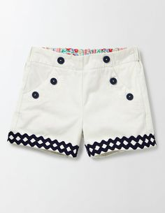 All the best adventures are bold and colourful, so these soft-cotton shorts are too. We added a comfortable high waist, complete with button detail on the front pockets for a bit of extra fun. Short Niña, Short Girls, Kids Winter Fashion, Kids Fashion, Communion Hairstyles, Shorts Sale, Our Girl, Cotton Shorts, Kids Shirts