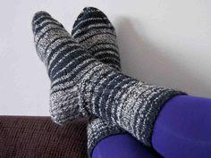 Raidalliset villasukat Wool Socks, Leg Warmers, Fun Projects, Mittens, Free Pattern, Textiles, Knitting, Crochet, Crafts