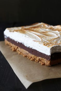 S'mores Fudge Bars have a thick layer of buttery graham cracker crust, fudgy chocolate filling, and a homemade toasted marshmallow topping. Cookie Desserts, Easy Desserts, Delicious Desserts, Dessert Recipes, Dessert Ideas, Yummy Food, Chocolate Marshmallow Squares, Chocolate Marshmallows, Toasted Marshmallow