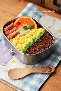 Three-Color Topping on Rice Bento Lunch (Soboro Soysauce Minced Chicken, Scrambled Eggs and Green Snap Pea)|三色弁当