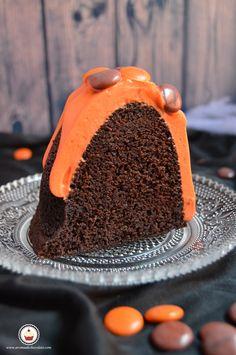 El corte. Bundt cake de chocolate y calabaza. Aroma de chocolate