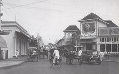 Jalan Naripan and Jalan Braga, Bandung - 1950 Old Pictures, Old Photos, Dutch East Indies, History Photos, Old City, Amazing Destinations, Jakarta, The Past, Street View
