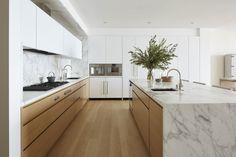 Modern Kitchen marble and wood kitchen Kitchen Room Design, Best Kitchen Designs, Modern Kitchen Design, Home Decor Kitchen, Interior Design Kitchen, New Kitchen, Kitchen Ideas, Kitchen Wood, Kitchen White