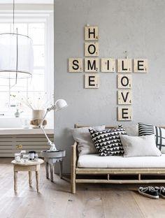 """Sobre este habían cuadrados de madera en la pared gris, imitando a las fichas de scrabble haciendo un crucigrama donde yacían las palabras """"hogar, sonrisa y amor"""" en inglés. Aquello me encantó."""