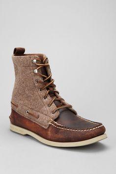 Estos zapatos marrónes de Sparry Top-Sider. Yo llevo estos zapatos todos los días a trabajo. Desafortunadamente, no me gustan botas generalmente. Yo quiero comprar estos zapatos porque son muy bonitos.