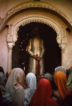 Marilyn Silverstone INDE - Rajasthan. Jaisalmer, le Maharaja de Rajpipla apparaît aux femmes du cloître du palais le matin après son mariage avec leur princesse. En 1964