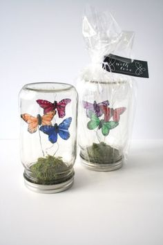 DIY Butterflies Wedding Theme & Ideas DIY Mason Jar Butterfly Terrarium - Create these adorable butterfly terrariums in mason jars for your table decor or hand them out as wedding favors. Get the DIY here. Pot Mason Diy, Mason Jars, Mason Jar Crafts, Gift Table Wedding, Diy Wedding Favors, Wedding Gifts, Wedding Tables, Trendy Wedding, Wedding Centerpieces