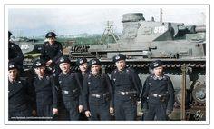 Němečtí tankisté v původních dvojdílných baretech před tankem PzKpfw IV Ausf.B, připraveným k transportu poželeznici.
