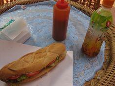 Französische Baguettes in Laos - ganz großes Kino! Hier mit Salat und Hähnchenfleisch (Modell Vientiane 2011)