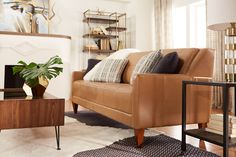 Cassity Kmetzsch ofRemodelaholicwent with an on-trend camel-tone leather Verve sofa in her La-Z-Boy Design Dash room. Hits of brass and mid-tone brown woods give the room a mid-century-modern–inspired feel.#sponsored #lazboy #LZBDesignDash