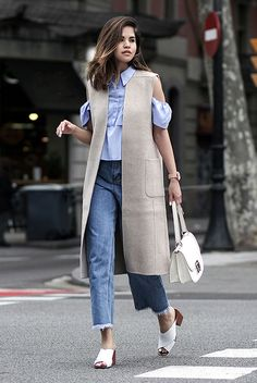 See the week's most inspiring street style spring / summer outfits, from extra-long sleeve ensembles to edgy light layers. Get the looks here! Long Vest Outfit, Vest Outfits, Edgy Outfits, Fashion Outfits, Fashion Trends, Fashion Blogger Style, Look Fashion, Autumn Fashion, Fashion Bloggers