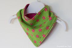 Kwijlbandana groen met roze sterren