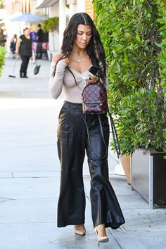 - Kourtney Kardashian is seen out and about in Los Angeles on June 16, 2017. - Kourtney Kardashian Sports Chic Leather Pants