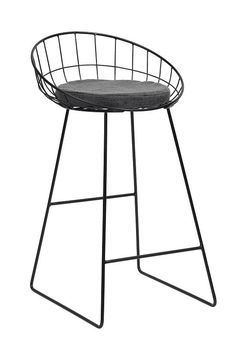 Nordal+CLASSIC+Barstol+-+Svart+-+En+barstol+kan+brukes+i+andre+rom+enn+den+oprinnelige+bar.+Det+har+blitt+populært+å+gjøre+kjøkkenet+om+til+et+sosialt+sentrum+i+boligen,+hvor+barstoler+er+et+must+for+å+skape+det+moderne+samtalekjøkkenet.+Nordal,+som+har+designet+denne+barstolen,+har+skapt+en+enkel+og+stilren+barstol,+som+skiller+seg+ut+fra+mengden.+Formene+gjør+at+stolen+får+et+stilig+og+moderne+uttrykk+og+stolens+pute+gir+en+god+sittekomfort.+