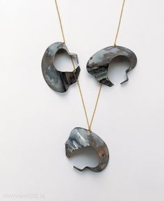 Dorothea Prühl - Tiere mit Kette (Animals with Chain), 1999 necklace, titanium, gold - L of one shape 10 cm