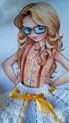 Pano de copa com pintura de menina e saia em crochê.  Sacaria da marca estilotex  crochê confeccionado com linha anne.  Enfeites em pedraria.  Pode ser usado como pano de fogão. Crochet Diy, Crochet Dolls, Eye Painting, Fabric Painting, Todays Quilter, Princess Drawings, Yarn Needle, String Art, Art Dolls