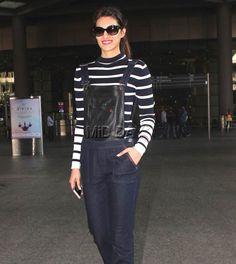 Kriti Sanon smiles for the photographers at Mumbai airport. Bollywood Stars, Bollywood Fashion, Bollywood Actress, Sonam Kapoor, Deepika Padukone, Airport Style, Airport Fashion, Mumbai Airport, Bicycle Girl